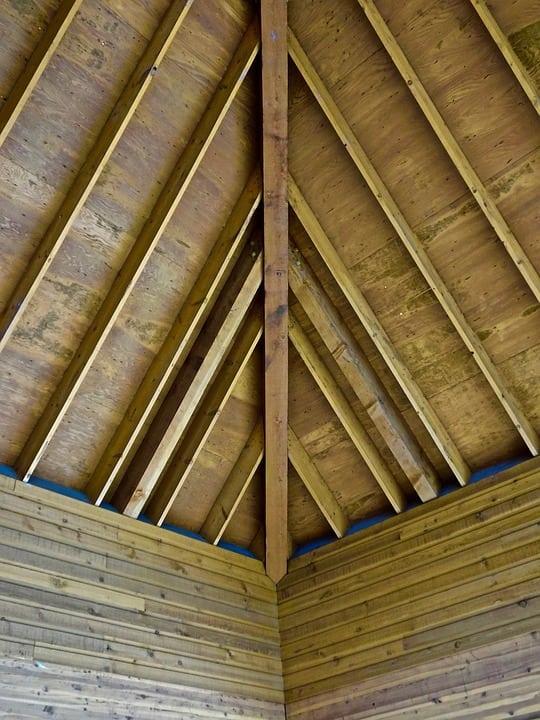 Particolare di soffitto di legno - Controsoffitto in legno: dalle norme da rispettare ai principali metodi costruttivi