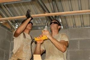 operai a lavoro 300x200 - Controsoffitto in legno: dalle norme da rispettare ai principali metodi costruttivi