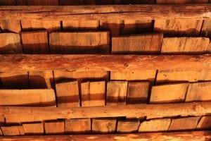 vecchio soffitto rustico 300x200 - Controsoffitto in legno: dalle norme da rispettare ai principali metodi costruttivi