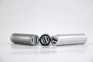 batteria con porta usb 300x200 - Le migliori batterie 18650 per essere sicuro di non restare mai senza energia