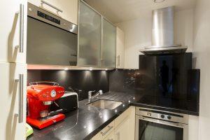 cucina con cappa aspirante 300x200 - Come montare il piano cottura a induzione: suggerimenti e consigli