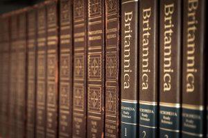 enceclopedia in una libreria 300x200 - Libreria in cartongesso: le idee più creative per realizzare questo elemento d'arredo