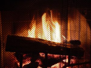 fuoco nel camino 300x225 - Come risparmiare sul riscaldamento: trucchi per restare al caldo senza spendere una fortuna
