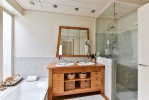 mobiletti in legno 300x201 - Bagno moderno: idee e consigli per progettare un bagno unico e personale