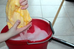 pulire il pavimento 1 300x200 - Come pulire le fughe delle piastrelle con metodi naturali, semplici ed efficaci
