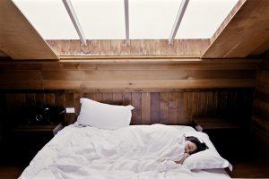 ragazza che dorme 300x200 - Letto sospeso: un complemento d'arredo innovativo e adatto ad ogni camera da letto moderna.