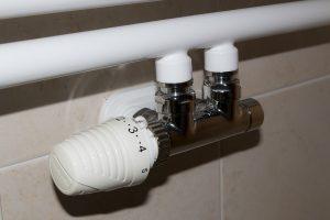 regolazione termosifone 300x200 - Come risparmiare sul riscaldamento: trucchi per restare al caldo senza spendere una fortuna