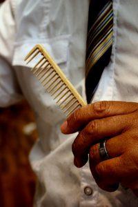uomo con pettine in mano 200x300 - I migliori integratori per capelli per donare tono e luminosità alla nostra chioma