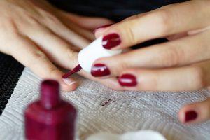 applicare lo smalto 300x200 - Il Gel monofasico migliore per la cura e la ricostruzione delle unghie