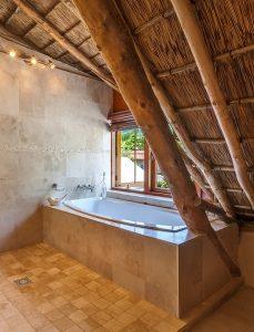 bagno con travi di legno 229x300 - Bagno rustico: spunti, regole ed idee per realizzarlo al meglio