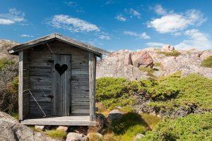 bagno esterno 300x200 - Bagni di montagna: come realizzare il progetto d'arredo ideale per una baita o uno chalet
