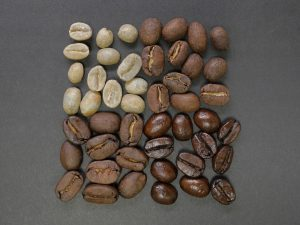diversi chicchi di caffe 300x225 - La migliore Moka: quale scegliere tra i modelli in acciaio o alluminio