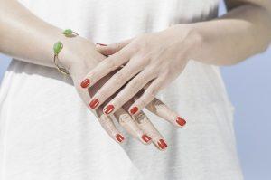 mani 300x199 - Il Gel monofasico migliore per la cura e la ricostruzione delle unghie