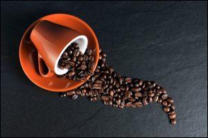 tazzina e chicchi di caffe 300x200 - La migliore Moka: quale scegliere tra i modelli in acciaio o alluminio