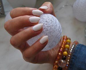 unghie bianche 300x243 - Il Gel monofasico migliore per la cura e la ricostruzione delle unghie