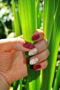 unghie colorate 201x300 - Il Gel monofasico migliore per la cura e la ricostruzione delle unghie