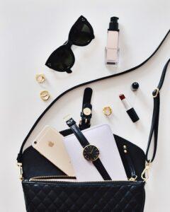 borsa di una ragazza 240x300 - Come scegliere il miglior volumizzante labbra efficace tra le proposte del mercato