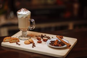 caffe e biscotti 300x200 - La migliore Moka: quale scegliere tra i modelli in acciaio o alluminio