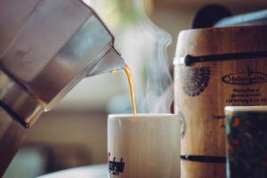 caffe versato dalla moka 300x200 - La migliore Moka: quale scegliere tra i modelli in acciaio o alluminio