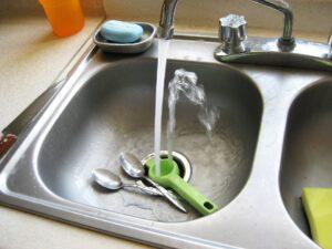 lavello acciaio 300x225 - Lavello fragranite: una scelta pratica e di stile per la propria cucina