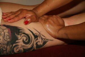 massaggio drenante alle gambe 300x200 - Il miglior drenante efficace per rimuovere i liquidi in eccesso