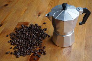 moka e chicchi di caffe 300x200 - La migliore Moka: quale scegliere tra i modelli in acciaio o alluminio