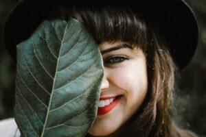 ragazza con rossetto rosso 300x200 - Come scegliere il miglior volumizzante labbra efficace tra le proposte del mercato