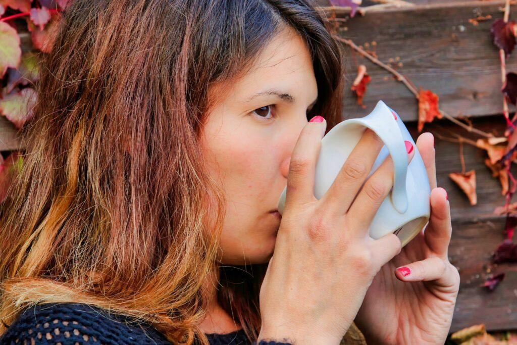 donna che beve succo 1024x683 - Kenwood JMP800SI: lo slow juicer dal basso costo ma dall'elevata qualità