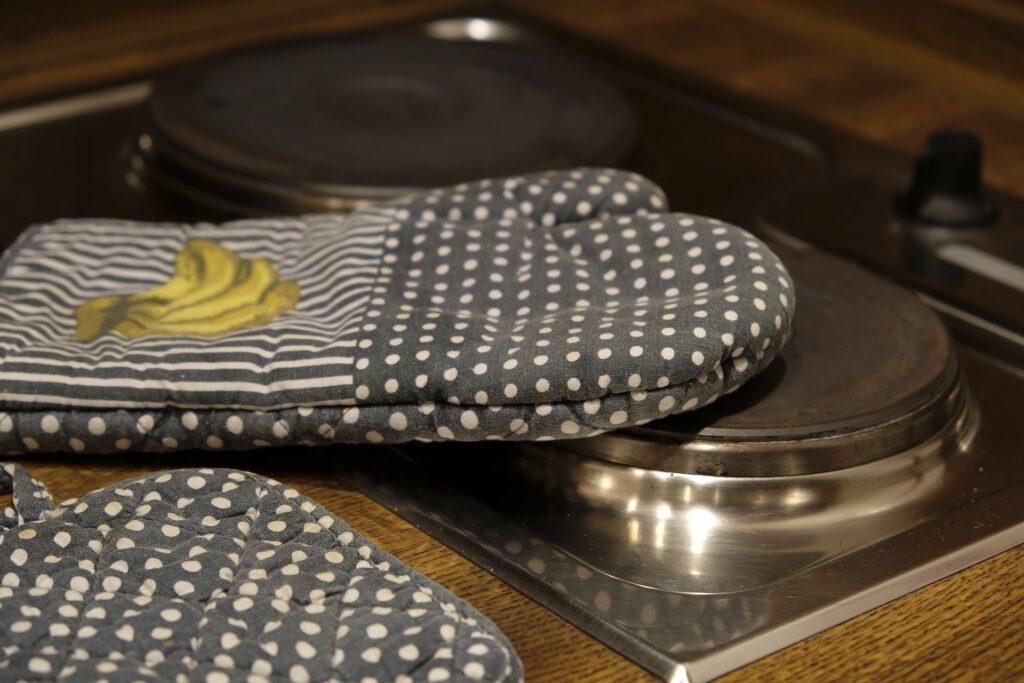 guanti su stufa forno 1024x683 - Whirlpool mwd120wh: recensione del microonde bianco con sei posizioni di cottura