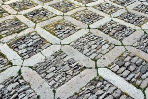 strada pietra 300x200 - Pietre per esterni: caratteristiche e soluzioni per la pavimentazione