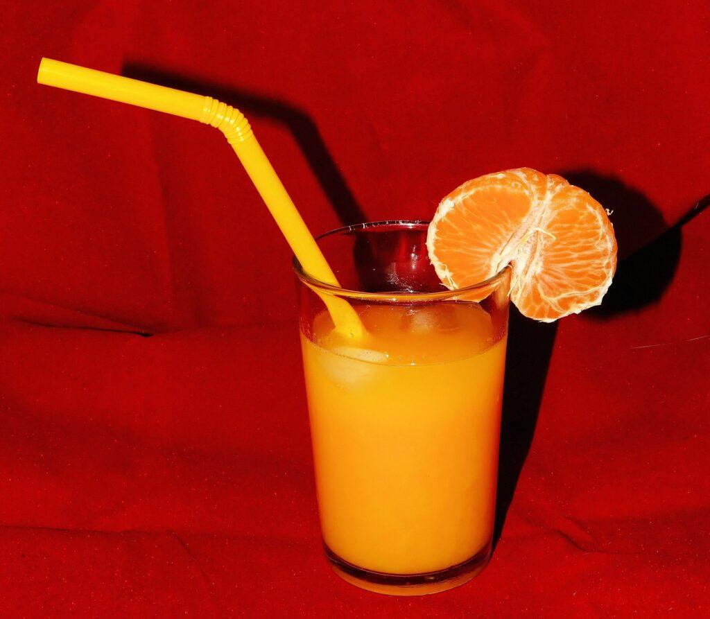 succo di mandarino cannuccia 1024x893 - Kenwood JMP800SI: lo slow juicer dal basso costo ma dall'elevata qualità