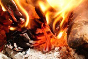 fuoco camino 300x200 - Il camino sospeso tecnologia e design: scopriamo pro e contro