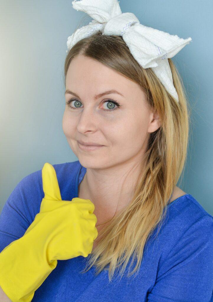 pulizia donna guanti 722x1024 - Come lucidare il marmo: le tecniche per renderlo splendente