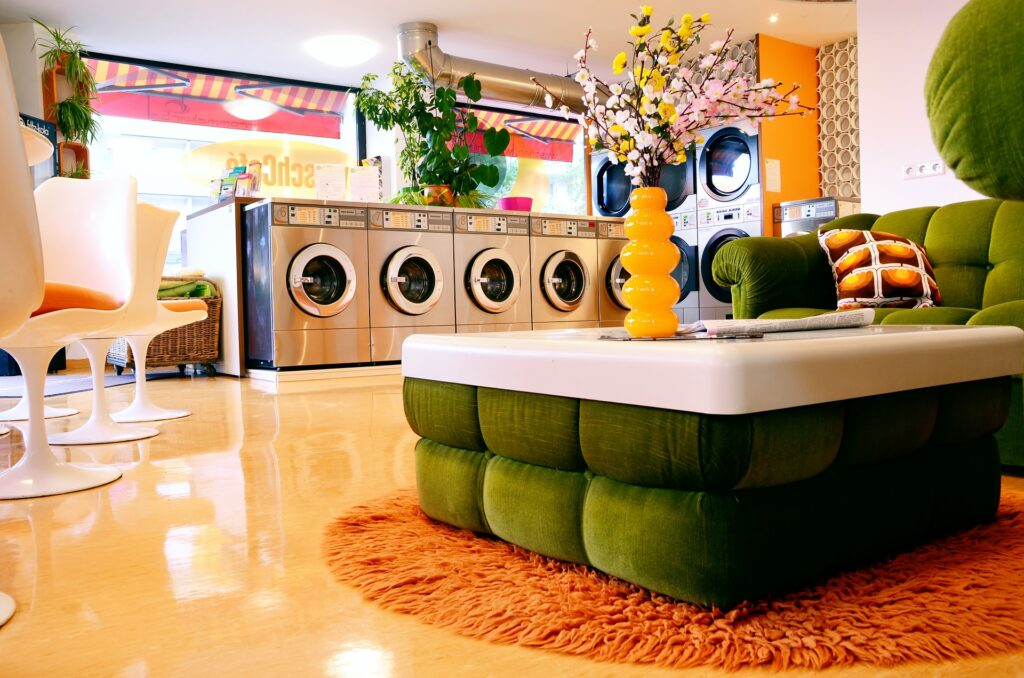 lavatrici in ambiente colorato 1024x678 - Simboli del lavaggio: come interpretarli ed evitare di commettere errori