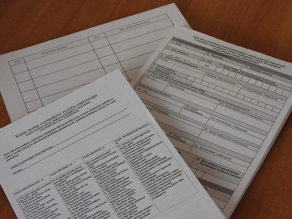 documentazione su tavolo 1024x768 - Autocertificazione stato di famiglia: come si fa e a cosa serve