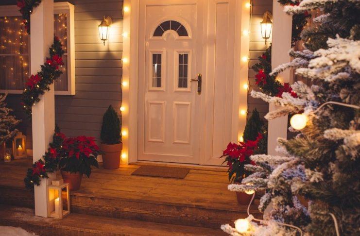 illuminazioni esterne natalizie sulle porte